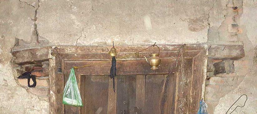 बाहिर चिटिक्क, भित्र धुजैधुजा मन्दिर