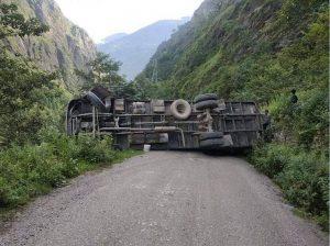 ट्रक पल्टिदा सडक अवरुद्ध