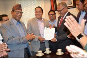 नेपाली जनसम्पर्क समिति अमेरिकाले बुझायो डा कार्कीलाई ज्ञापनपत्र