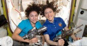 नासाका अन्तरिक्षयात्री क्रिस्टिना कोक र जेसिका मिअरले सँगसँगै अन्तरिक्षयानबाहिर निस्किएर 'स्पेसवाक'को नयाँ कीर्तिमान बनाएका छन्। अन्तर्राष्ट्रिय अन्तरिक्ष स्टेशन (आईएसएस) को बिग्रिएको एउटा उपकरण फेर्न उनीहरूले आईएसएसबाहिर सात घण्टा बिताएका थिए।