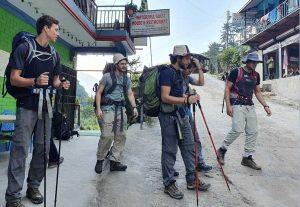 अन्नपूर्ण पदमार्गमा जाँदै बाह्य पर्यटक